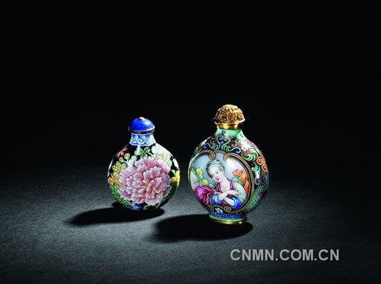 清雍正-画珐琅牡丹花荷包形鼻烟壶(左)、清乾隆-乾隆款御制铜胎画珐琅彩欧式仕女图鼻烟壶