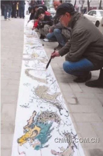 一幅长十八米、集合了20位书画家的笔墨、绘有12条龙的龙年国画。