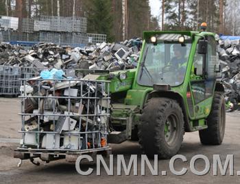 各种电子垃圾的废品从运输车上卸下,在室外开阔的广场上堆成了小山.