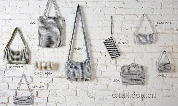 Escama Studio易拉罐铝拉环制时尚女包   中国有色网·赏鉴频道讯 Escama Studio是位于旧金山的一家公司,主要产品为女式手提包,它有两个特别之处,其一在于它的主要材料为回收利用的易拉罐铝拉环,通过将传统的钩针编织技巧与铝拉环结合制成具有时尚感的包,因为编织的针法和采用的线不同而产生不同的肌理效果;Escama在葡萄牙语中是'鱼鳞'的意思,正体现了它产品的外观特点。   其二在于Escama对每个产品背后的制作者的重视,Escama通过与巴西的编