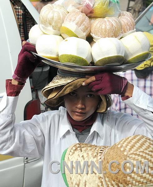 卖柚子的妇女 金长旭摄影作品
