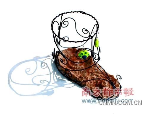 """铝,是自由行走的花   阿聪,土生土长的广州人,目前在一家广告公司过朝九晚五的白领生活。上班之余,爱旅游,爱唱K,爱吹水,也喜欢收藏各种稀奇古怪的小玩意。一年半前,阿聪突发奇想做出自己的第一件铝艺作品———一个心形的盒子,从此一发不可收拾,一件件美妙的工艺品在他手中诞生。现在,阿聪已经成为一名有创意的""""熟练工"""",他还开班授课,让铝艺作品遍地开花。   恋物故事   创作最初跟""""爱因斯坦""""一样   我们都知道《爱因斯坦和七"""