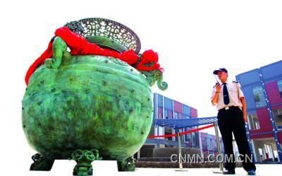 """这件罍雕塑,是在安徽蚌埠出土的""""春秋镂空龙耳罍""""的"""