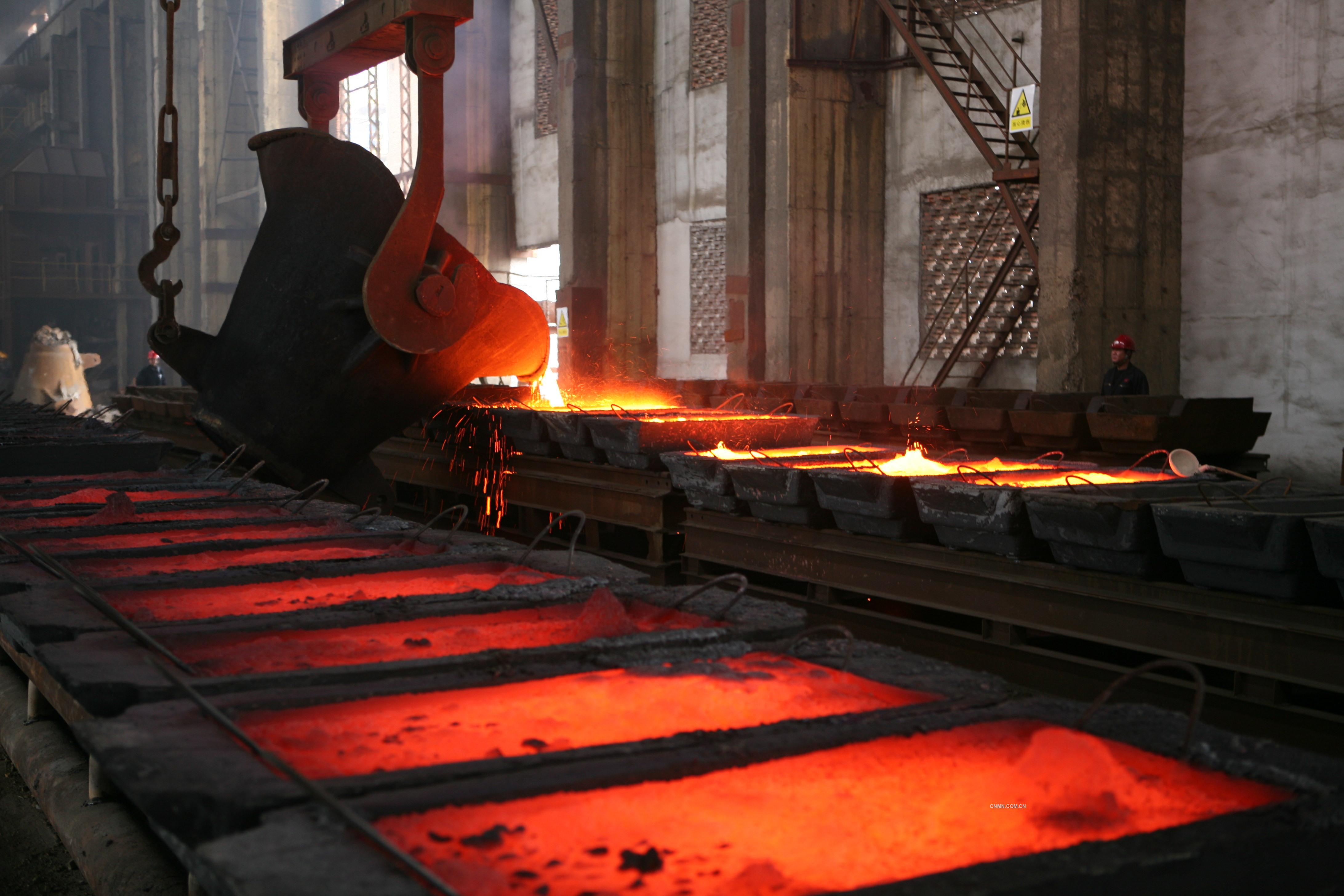 11月1日13时18分,是一个万众期盼、无限欢欣的收获时刻,在北方铜业公司精炼作业区,金黄的铜水滚滚飞溅,从2#转炉汩汩涌出,进入成型浇铸,首批48块粗铜在众人期盼的目光中,在这座沉寂了五年多的生产系统终于诞生了。这标志着北方铜业澳斯麦特炉首次投产取得了圆满成功。连日奋战在现场的干部职工们,疲惫的脸上难掩胜利的喜悦,布满红丝的双眸涌出了激动的泪水,大家热烈鼓掌,纷纷举起相机记录历史性的时刻。霎时间,铜系统广场上空鞭炮齐鸣,现场的干部职工欢呼雀跃,为这个振奋人心的时刻庆贺。   葫芦岛有色股东、宏跃集