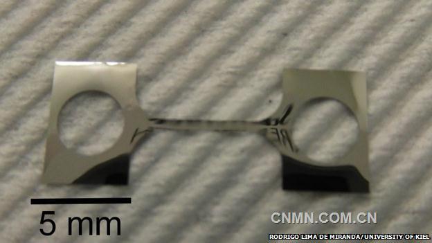 德国基尔大学研究人员新发明了一种镍钛铜记忆合金,其变形次数可以达到千万次不会断裂,而通常合金材料变形几千次就会断裂。这一新材料在微电子和光学器件、传感器、医疗器件等众多领域将有广泛的应用前景。   科学家早在上世纪60年代就发明了镍钛记忆合金,这种合金在受热和冷却时会变形,并很快会恢复到最初机械加工时确定的形状。我们熟悉的大多数合金在两种晶格状态下转变几千次,就会出现裂纹甚至断裂,德国基尔大学专家匡特在《科学》杂志上发表的论文中解释说,这是因为在金属高温相(奥氏体)会出现越来越多的低温相(马氏体)晶体结