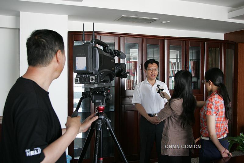 图为云锡控股公司副总经理李刚接受云南电视台、云南人民广播电台记者采访。1