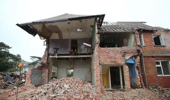 据英国媒体9月23日报道,英国一家拆迁公司近日在拆毁一座位于多塞特郡桑斯伯恩市的旧房子时,发现了多块稀有的维多利亚时期的荷兰代尔夫特瓷砖,总价值竟然高达5万英镑(约49万元人民币)。