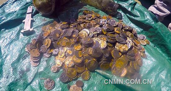 你以为海底藏宝真的只是传说?那就错了!据英国《每日邮报》9月27日报道,一组潜水员因参与新西兰惠灵顿港的海床清理工作,结果邂逅了深藏海底的868枚金币,这可是一笔不小的财富!