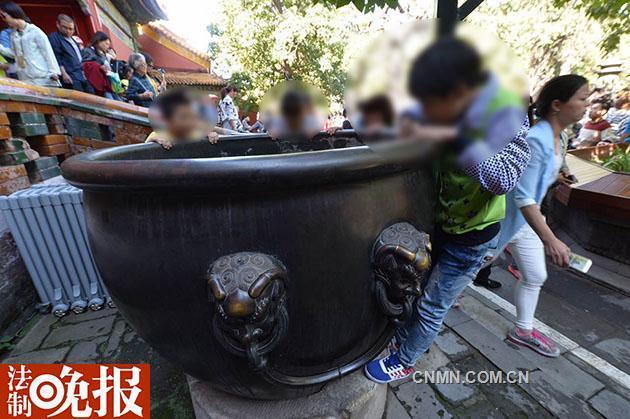 """故宫被游客刻字""""秀恩爱""""铜缸已被修复"""