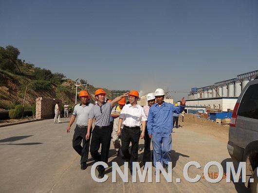 图为华兴总经理裴卫东陪同总部刘祥民副总来二期工地考察