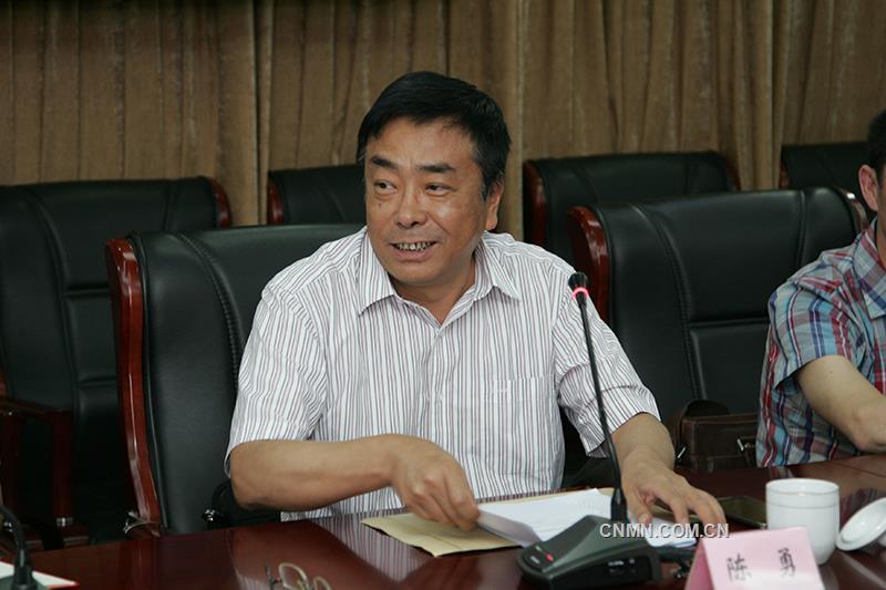 云南省国资委企业领导人员管理处陈勇处长宣布省国资委党委的任职文件。