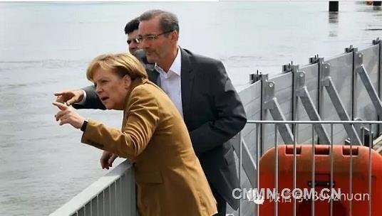 这两组图片转疯啦!欧洲移动式铝合金防洪墙和中国抗洪英雄子弟兵