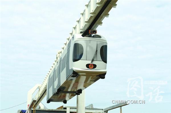 """全球首条锂电池动力包空铁""""四川造""""   白色的车身、黑色的圆""""耳朵""""加上大大的黑眼圈,萌萌哒的大熊猫""""皮肤""""……你没看错,动画片里才会出现的空中火车,9月30日上午真的在成都双流区""""飞起来""""了。   9月30日上午,由西南交通大学等多家单位联合研制的国内首条新能源悬挂式空中轨道交通试验线在成都亮相,中国自主研制的第一列新能源空铁成功挂线,这意味着又一种全新的交通出行模式诞生在四"""