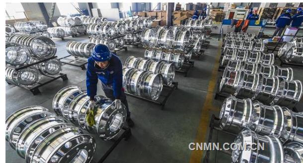 11月25日,河北镁轮镁合金科技有限公司工人对镁合金汽车轮毂进行精