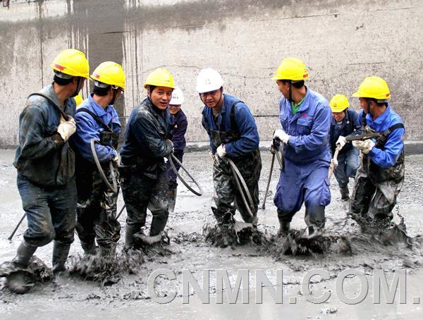 中国铜业玉溪矿业一线员工齐心协力清洗生产水池。  钱晓晶 摄
