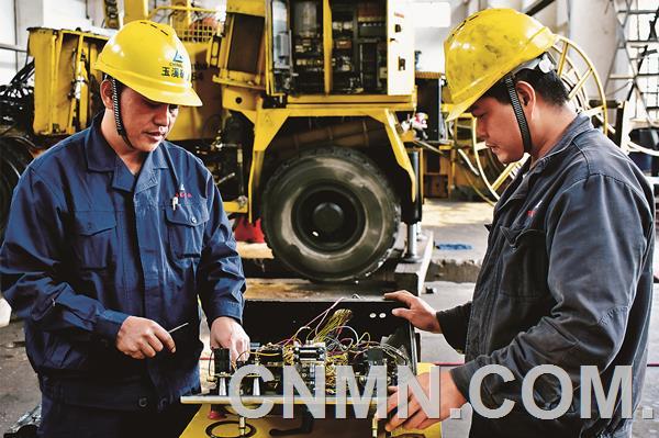 据悉,中国铜业有限公司1~10月累计实现盈利8.25亿元,超额完成中铝公司年初下达的8亿元奋斗目标,完成中铝公司年中工作会后新底线目标9亿元的91.71%。中铜玉溪矿业一线员工正在检修凿岩台车。  张建文 摄