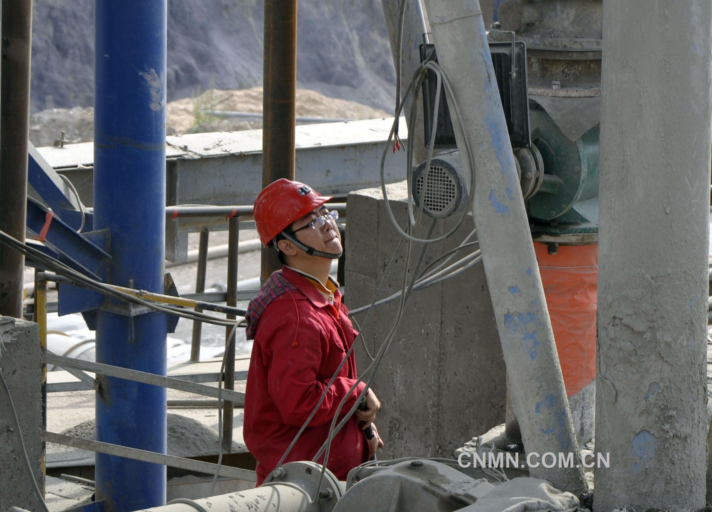 观察水泥下料是否顺畅确保充填质量合格