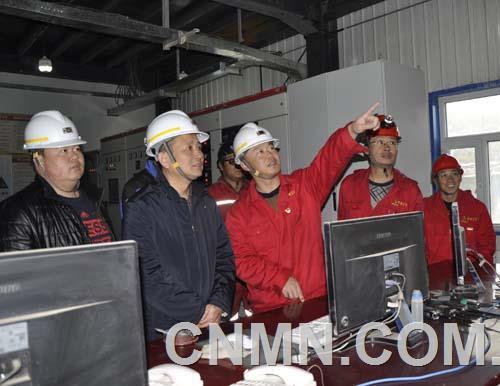公司副经理唐伟与验收组在充填站监控室A