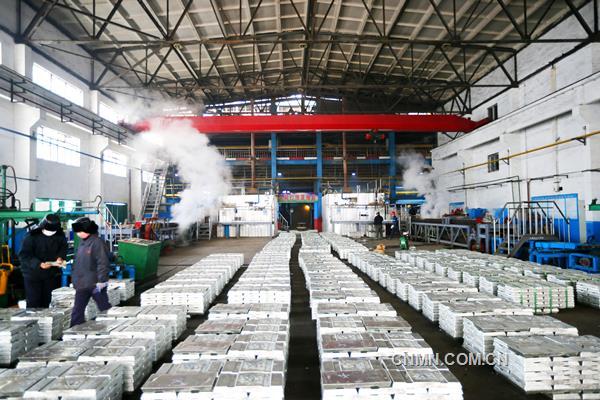 """有色金属总量完成12.3万吨,同比提高1.43%;化工产品总量完成24万吨,同比提高9.15%;工业总产值实现41.7亿元,同比增长20.62%;营业收入实现28.4亿元,同比提高10.87%。在全面贯彻落实十九大精神的开局之年,面临有色金属市场的不利形势,特别是原料极端困难和冬季严寒的挑战,葫芦岛有色金属集团有限公司全体干部员工攻坚克难,积极化解,保持了公司生产经营强劲势头,以出色的成绩实现了首季""""开门红""""。"""