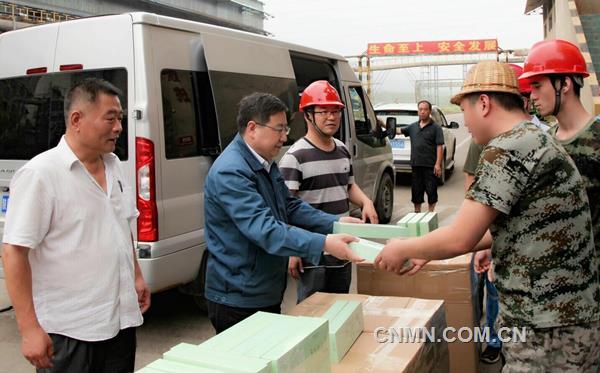 入夏以来,气温日渐升高。为体现对职工的关爱,营造良好健康和谐的工作氛围,汉中锌业有限责任公司开展了送清凉慰问活动。