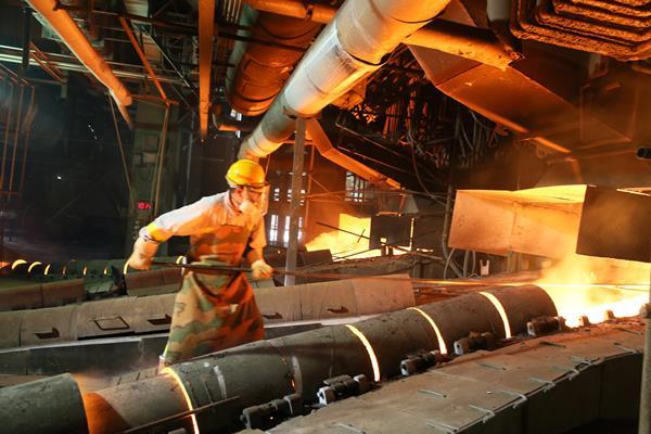 """炎炎夏日,铜陵有色金冠铜业分公司一线生产岗位温度节节攀升,但岗位员工毫不畏惧,以高昂的工作热情和认真负责的工作态度坚守在岗位上,接受着高温的""""烤""""验,确保了该公司生产平稳运行。图为金冠铜业分公司冶炼车间炉前工进行放铜作业。"""