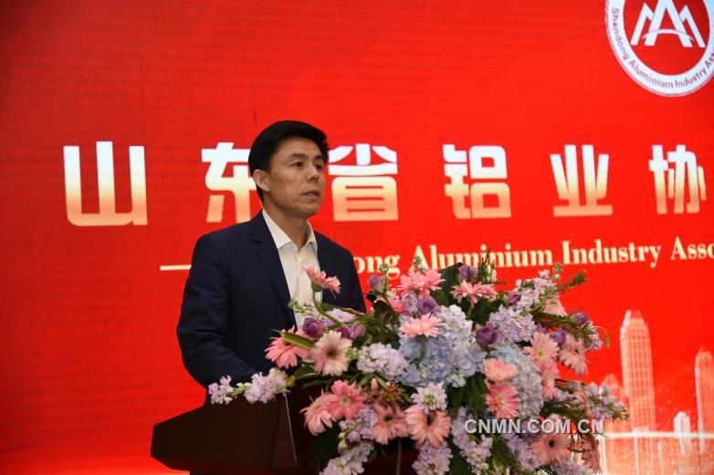 山东省社管局常务副局长姬升峰宣读《关于同意召开山东省铝业协会成立大会的函》