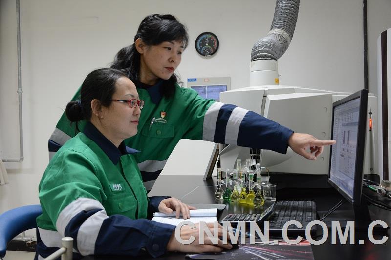 """金川集团铜业有限公司研发中心中控分析一班,是一支战斗在铜与贵金属冶炼系统的""""娘子军""""。"""