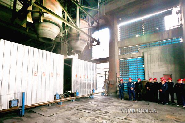 葫芦岛有色铅锌密闭鼓风炉系统自去年创造鼓风炉休风周期20天、精馏塔开动长达942天的行业最好水平以来,在生产安全稳定运行的基础上,坚持以设备改造为抓手,强力推动节能降耗,让这套运行了13年的铅锌冶炼生产系统挖出了新潜力,焕发了新活力,为铅锌鼓风炉系统高质量运行打下了更加坚实的基础。