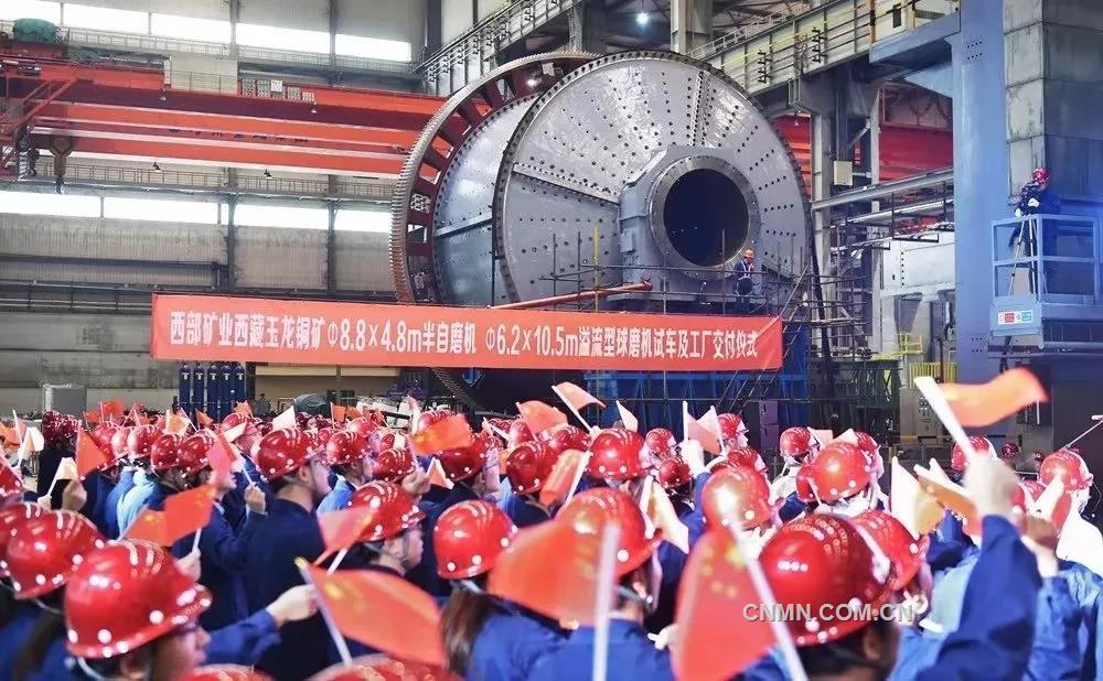 9月19日,為玉龍銅礦改擴建工程量身定制的特大型礦區國際高端礦業裝備——Φ8.8×4.8m半自磨機和Φ6.2×10.5m溢流型球磨機在中信重工順利完成試車,部分設備已運抵玉龍銅礦改擴建工程現場。