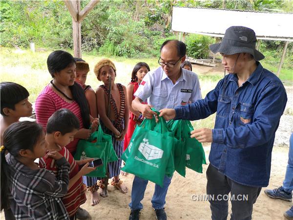 公司工作人员到社区开展慰问活动