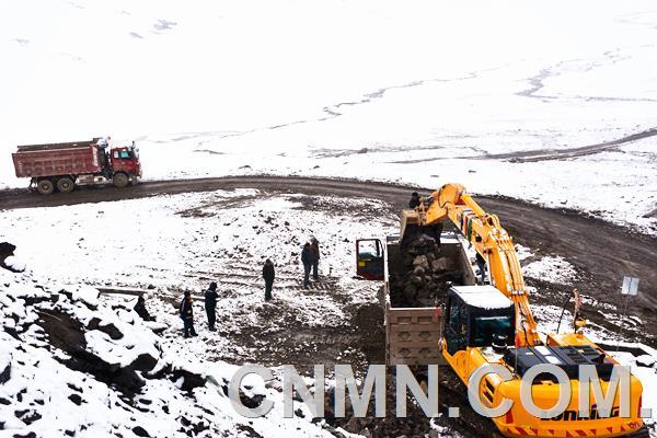 6月,祖国的大部分地区已进入高温炎夏,而地处青藏高原海拔5200米的云南驰宏锌锗股份有限公司西藏鑫湖矿业有限公司洞中拉矿部营地依然漫天大雪。