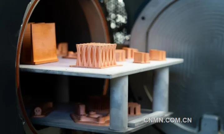 金属3D打印技术能够制造复杂的功能集成零部件,这一优势在铜金属制造领域也同样能够得到体现,比如说在铜电感线圈制造领域,金属3D打印技术就可以用于替代传统制造工艺,直接制造复杂电感线圈, 避免对于组装的需求和因焊接带来的不足。