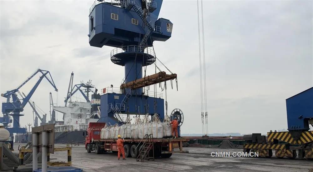5月24日晚8点50分,一艘载有来自蒙古国铜精矿原料的船舶,顺利抵达南京码头。