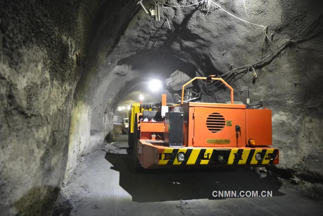 """项目是根据国家工信部、发改委、自然资源部联合下发的地下矿山行业指南中推荐的应用场景,由二矿区联合中国移动金昌分公司、长沙迪迈数码科技有限公司,利用""""5G""""通讯大带宽、广链接、高速率、低延时的特点,在地表实现对井下矿运卡车远程遥控操作的试点项目。"""