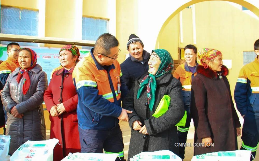 """乌恰县素有""""西极""""之称,行政区划属于新疆克孜勒苏柯尔克孜自治州,是国家划定的深度贫困地区。这里年均降水量172毫米,蒸发量2500毫米,集气候恶劣、民族地区、边疆地区为一体,是全国脱贫攻坚的主战场之一。"""