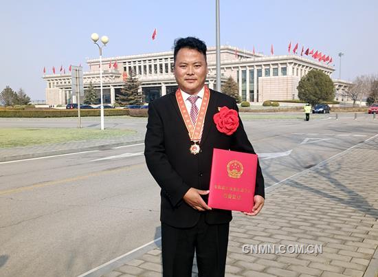 """云南铜业迪庆矿业的藏族员工都吉走进人民大会堂,亲耳聆听习近平总书记""""我国脱贫攻坚战取得了全面胜利""""的庄严宣告,并接受""""全国脱贫攻坚先进个人""""荣誉表彰。"""
