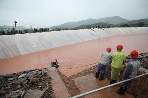 图二为中州铝业员工在对尾矿库区集水池进行清理,确保雨季状态下所有回水及时、稳定地返回生产系统,杜绝产生各类安全隐患。