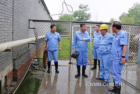 第一张:万基控股集团董事长李跃民(左二)检查万基金属钠公司泄洪渠清淤情况