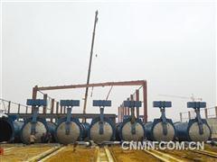 铜冠建安新型环保建材公司主厂房屋面梁开始吊装