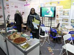 热情的苏丹共和国展区工作人员向记者赠送资料