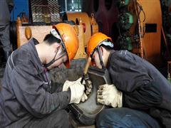 华锡集团铜坑矿连续奋战抢修设备保生产