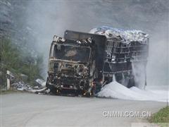 广西崇左一载40吨氧化铝货车自燃幸未造成人员伤亡